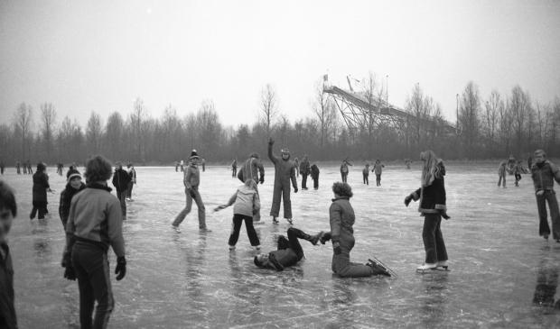 <p>De winter van 1978. Op de schaatsbaan bij het Arnolduspark Hoofddorp kon er volop worden genoten van ijspret.</p>