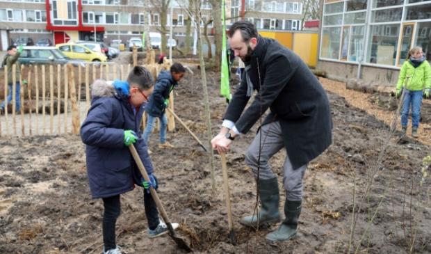 Wethouder Joost van der Geest plant samen met leerlingen van Samen Onderweg de eerste bomen voor de Tiny Forest