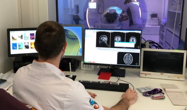 <p><strong><em>De bedieningsruimte van de nieuwe MRI-scanner, die door het raam op de achtergrond te zien is.</em></strong></p>