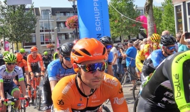 <p>De wielerkoers Veenendaal - Veenendaal (archieffoto van de start van de editie 2019) die op de wielerkalender 2021 geprogrammeerd stond op 21 en 22 mei is uitgesteld.&nbsp;</p>