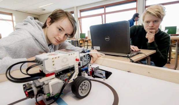 <p>Kimberly (links) en Isbrant bouwen zelf een robot: ,,Dit was het leukste keuzevak.&quot;</p>