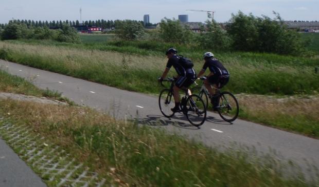 Twee fietsers op een racefiets van RTC Hoofddorp