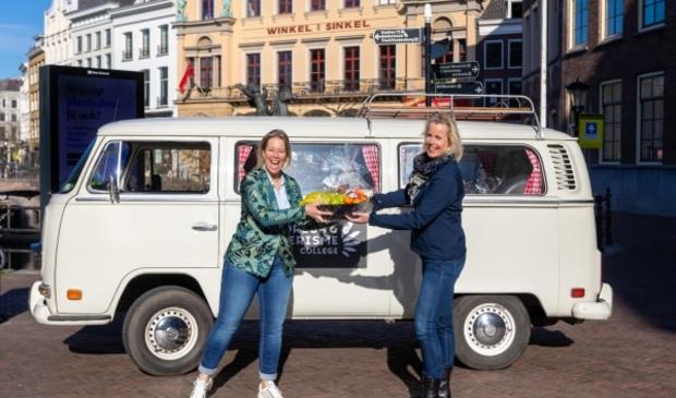 <p>Suzanne Staal, directeur van het Horeca & Toerisme College (r) overhandigt verwenpakket aan Maryse Fran&ccedil;ois, directeur van Winkel van Sinkel in Utrecht. &nbsp; &nbsp;</p>