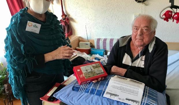 <p>Ria Oosterbaan (vrijwilliger) overhandigt de legpuzzel aan Dirk Schouten in Cothen. </p>