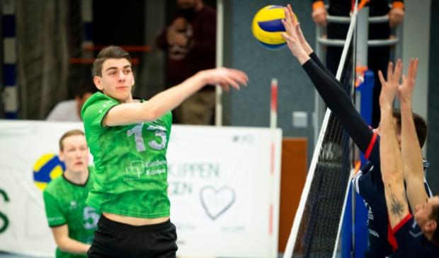 <p>Robin Boekhoudt (13) in actie tijdens de met 3-1 gewonnen thuiswedstrijd tegen ZVH.</p>