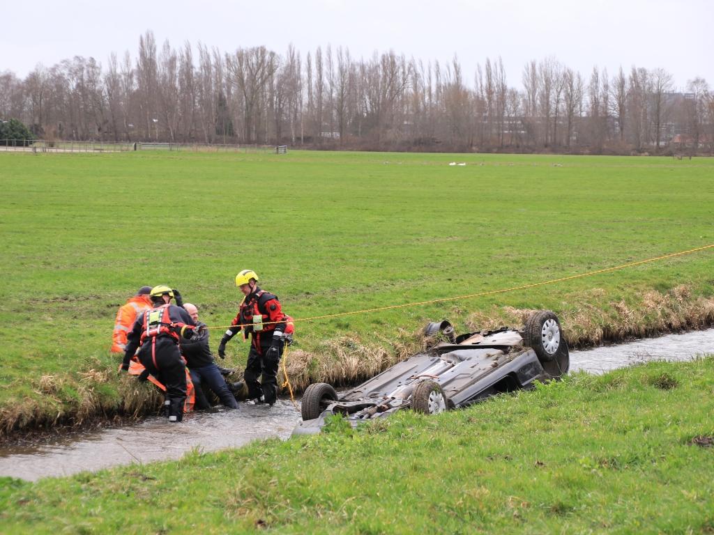 <p>Diverse getuigen schoten te hulp toen ze donderdagmiddag een auto in het water zagen tollen.</p>