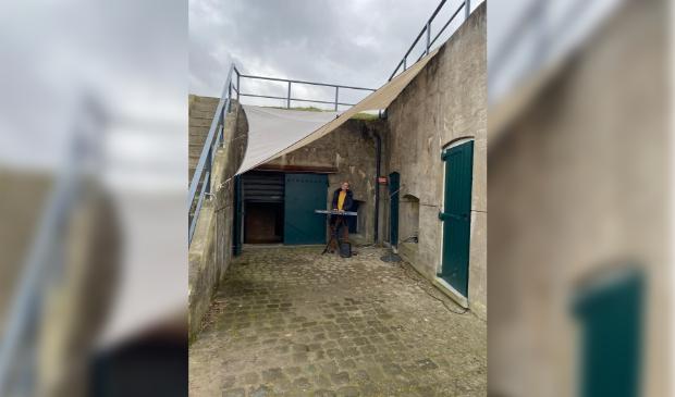 Eigenaresse Bibian Buil, geeft zangles buiten bij het Fort van Hoofddorp.