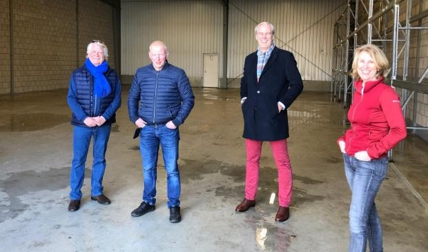 <p>(v.l.n.r.) Reinier van Kuyk, Hans Bos (eigenaar pand), Eelco Appel en Tanja Naastepand in de nieuwe opslagloods van Voedselbank Utrechtse Heuvelrug. </p>