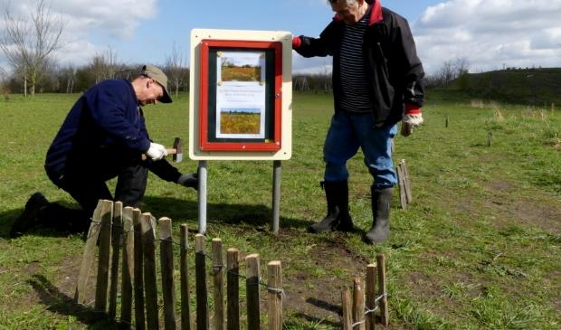 Vrijwilligers Meermond plaatsen informatiekastje