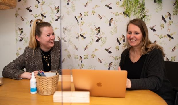 <p><em>Locatiedirectrice Greta Schepens en assistent vestigingsmanager Juli&euml;tte Looije in gesprek over de examentraining.</em></p>