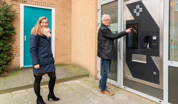 <p>Hans Bot haalt z&#39;n medicijnen uit de &#39;kluis&#39; bij Apotheek Nieuwe Markt. Links apotheker Kirsten van Biert - van Norel.</p>