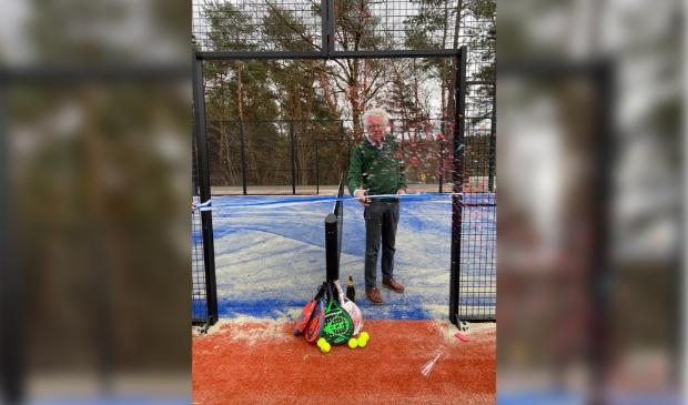 <p>Confetti, champagne en padelrackets, Jacques van Oostrum, voorzitter Tennis- en padelvereniging Larsheim, opent de padelbanen symbolisch door een lint door te knippen. </p>