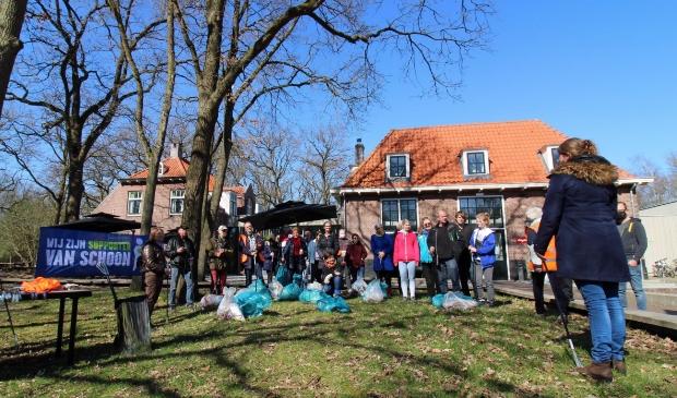 <p>Tientallen zakken met zwerfvuil werden er mee terug genomen door de bijna veertig vrijwilligers.</p>