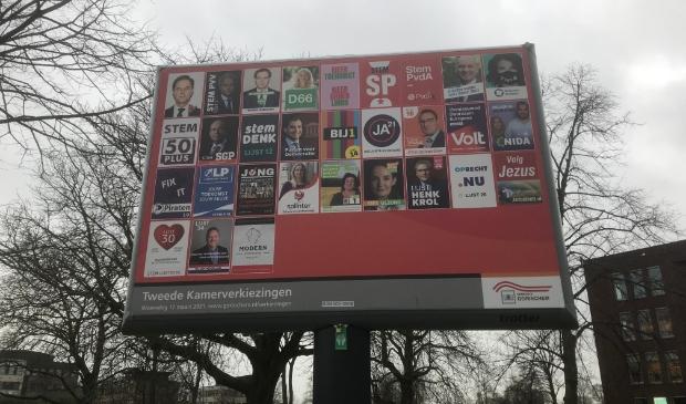 <p>Op het aanplakbord van de gemeente Gorinchem staan dertig partijen, in totaal doen 37 partijen mee aan de Kamerverkiezingen</p>