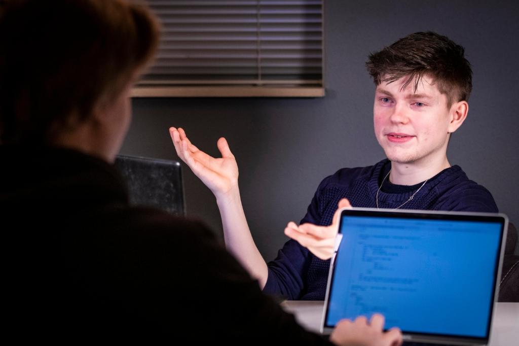 <p>Max Stoltenborgh (23) is mentor bij CoderDojo. </p>