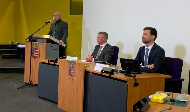 <p>Burgemeester Isabella geeft de uitslag van het referendum door, in het midden de heer van der Valk van de referendumcommissie, uiterst rechts wethouder Bos.&nbsp;</p>