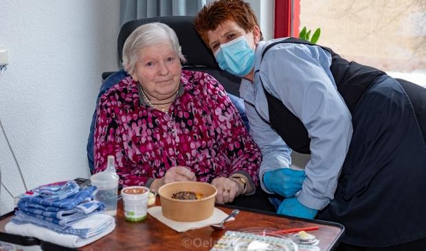 Mevrouw Daalhuizen genoot erg van de frietjes met burger.