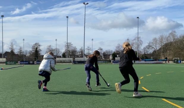 <p>Leerlingen van de Spreng trapten woensdag het schoolhockey af.</p>