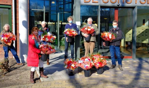 Leden van Rotaryclub Gorinchem-Merwede leveren boeketten af bij De Schutse