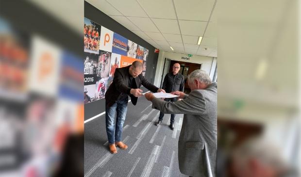 <p>Edgar Kruyning krijgt van de voorzitter van de bond zijn diploma uitgereikt volgens Japanse traditie.</p>