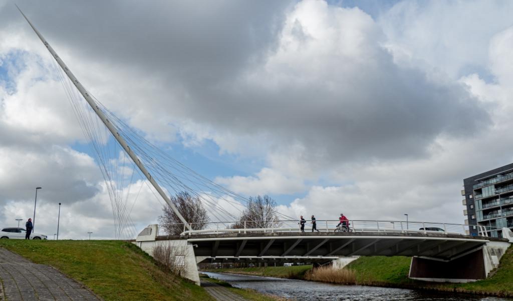 Maarten Swart en Rene Laenen lopen over de Calatrava brug in Hoofddorp Judith de Vos © BDU media