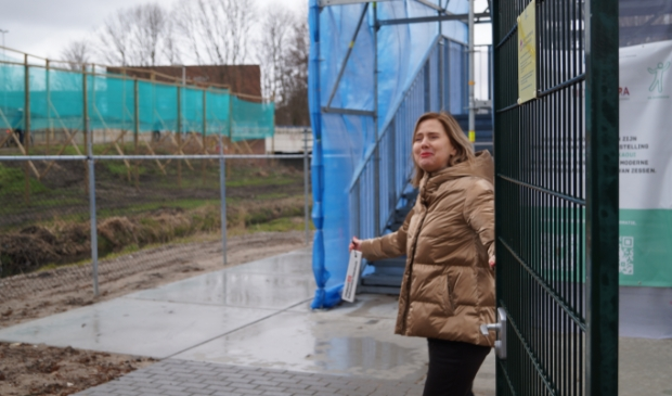 <p>Minister Cora van Nieuwenhuizen opent het hek van de uitkijktoren die zicht biedt op de werkzaamheden aan de A9.&nbsp;</p>
