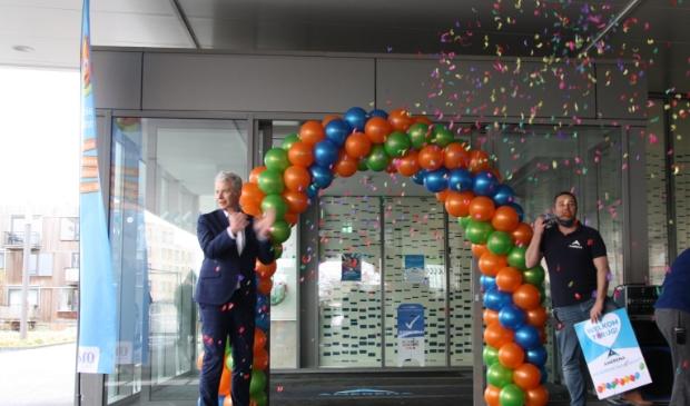 Wethouder Hans Buijtelaar en bedrijfsleider Amerena Johan Bellaar geven zwemleskinderen feestelijk welkom