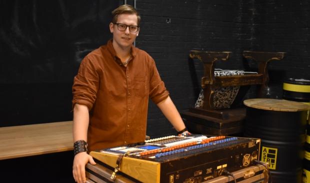 <p>Djonie Jacobsen achter de lichttafel bij een evenement van Poppodium Astrant.</p>