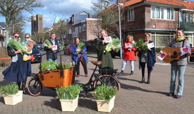 <p>Jorien Klomp met de uitdeelploeg in de Karel van Manderstraat.</p>