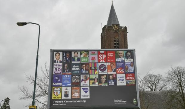 <p>Op dit bord langs de Kerkstraat dingen 31 van de 33 partijen naar de gunst van de kiezer.</p>