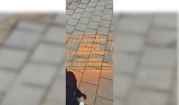 Voorbeeld van een milieuvriendelijke krijttekst die in Amersfoort is aangebracht na aanhoudingen en een politieactie om zo bewustwording onder jongeren te krijgen.