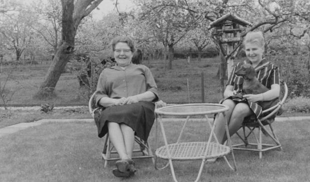 Alda Staal met moeder in tuin aan de Boomgaardweg, daarachter boomgaard van de de toekomstige Abdijgaarde.