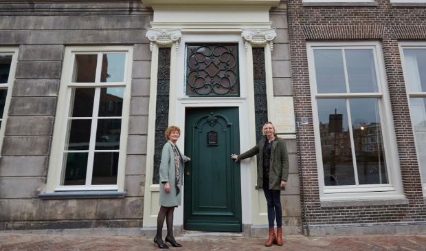 <p>Directeur Marjan Scharloo en architect Liesbeth van Apeldoorn openen de monumentale deur van Pieter Teylers Huis&nbsp;&nbsp;</p>