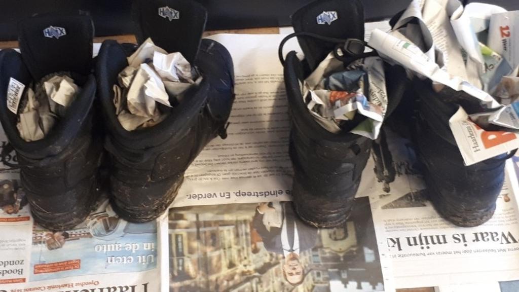 <p>De schoenen van de agenten staan inmiddels te drogen.</p> <p>Politie.nl</p> © BDU media