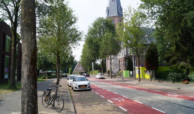 De bussluis komt ter hoogte van de Urbanuskerk in Bovenkerk