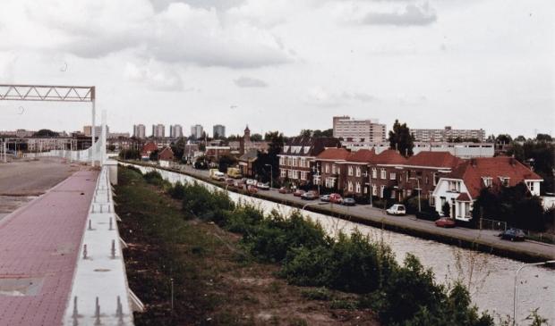 <p>Molenkade gezien vanaf de Ringweg A10 in aanleg, juli 1990. </p>