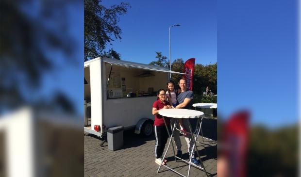 <p>Thuy en Jonathan zijn blij met de liefdevolle ontvangst in Ouderkerk.</p>