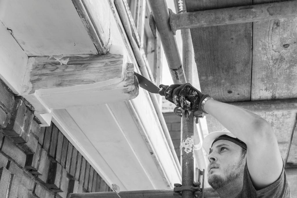 <p>Timmerman in opleiding restaureert de dakgoot tijdens de renovatie van &#39;de Meester van Haarlem&#39;, voormalige Ambachtsschool en MTS aan de Verspronckweg.</p> Charlotte Bogaert © BDU media