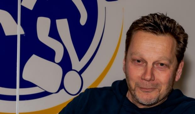 <p>Initiatiefnemer Marcel van der Hoop moet besluiten plaatselijke voetbalwedstrijd niet door te laten gaan.</p>