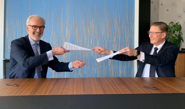 <p>Willem Offerhaus van KPN en wethouder Rob Ellermeijer ondertekenden in maart de overeenkomst voor de aanleg van het galsvezelnetwerk.</p><p>&nbsp;</p><p>ewonersworden door KPN en de aannemer vooraf ge&iuml;nformeerd over de werkzaamheden.&nbsp;</p><p>De gemeente treedt op als toezichthouder. Voor het buitengebied (Middelpolder, Bovenkerkerpolde</p>