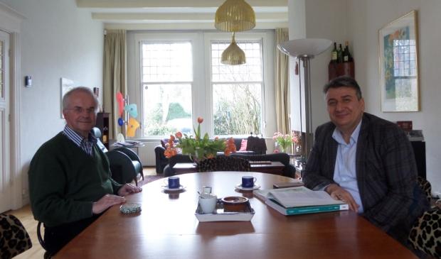 <p>Taalcoach Sietse Ellerbroek is buitengewoon trots op de taalvorderingen van Hasan Tanriverdi.&nbsp;&nbsp;</p>
