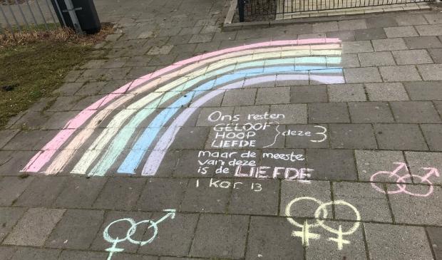 <p>Na publicatie van het NRC artikel werd bij de Gomarus scholengemeenschap in krijt een regenboog getekend met de bijbeltekst uit 1 Korinthe 13 over de liefde</p>