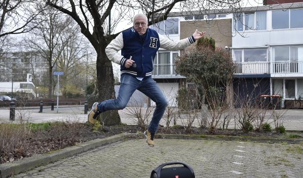 <p>Rock & Roll. Voor de voormalige woning van George Kooymans gaat Evert Hooijer uit z&#39;n dak op de live-versie van Radar Love van Golden Earring.</p>