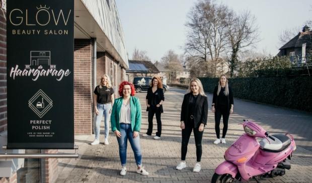 <p>Laura Florijn en Miranda van Maanen van de Haargarage hebben sinds kort de ruime bovenverdieping van hun salon verhuurd aan Glow Beautysalon van Larissa Bos en Nagelstudio Perfect Polish van Merel Welsch.</p>