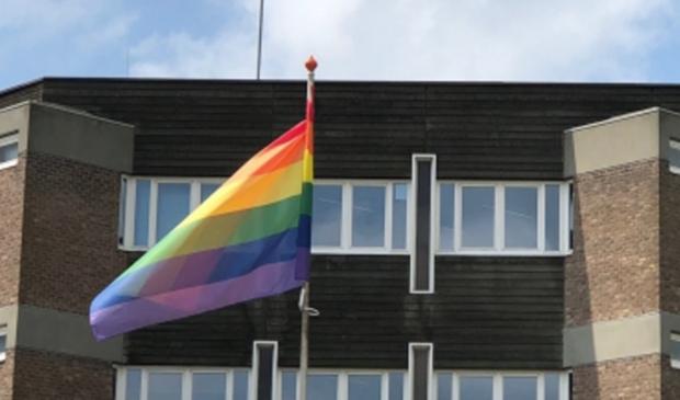 <p>Regenboogvlag bij het raadhuis van Amstelveen bij een eerdere gelegenheid.</p>