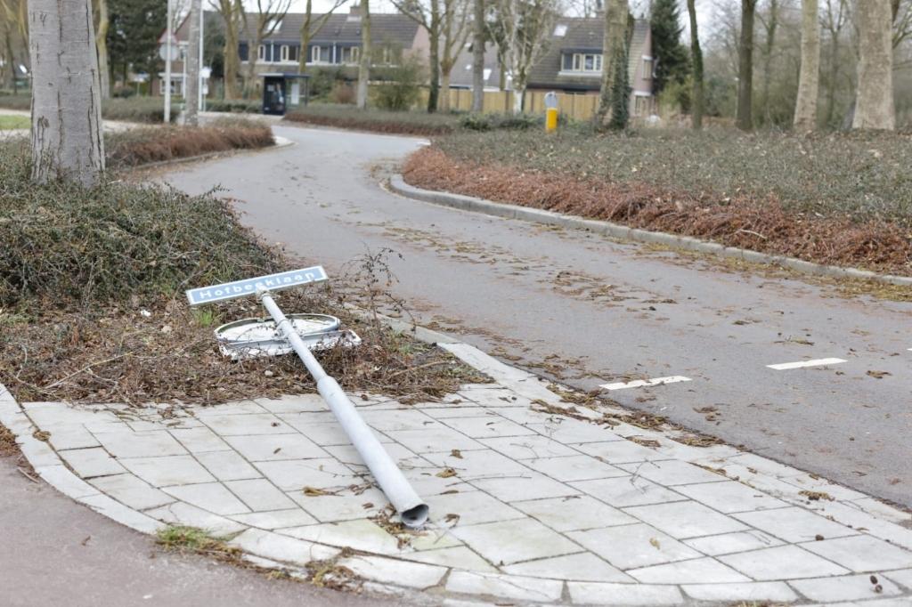 Op de Hofbeeklaan sneuvelde een verkeersbord. Ted Walker © BDU Media