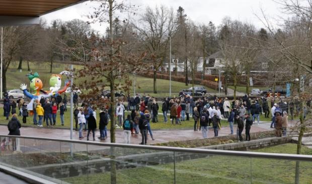 <p>Verschillende aanhangers verzamelden zich rond half drie al om te wachten tot Baudet aankomt.</p> Ted Walker © BDU Media