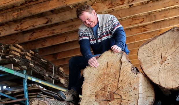 <p>Willem Overzee werkt met lokaal geoogste boomstammen.</p>