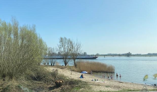 <p>Veel mensen zijn bij zonnig weer te vinden bij het strandje bij Boven-Hardinxveld.</p>