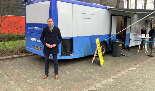 <p>Burgemeester Tjapko Poppens bij de coronatestbus.</p>